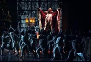 foto della scena con il re dei topi e topolini in teatro