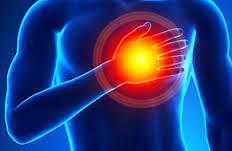 mano che tocca il cuore per sintomi di infarto cardiaco